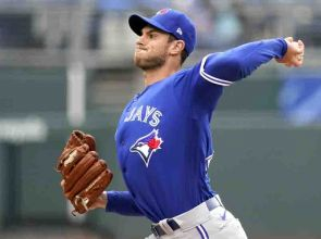 Jays, Royals split day-night doubleheader